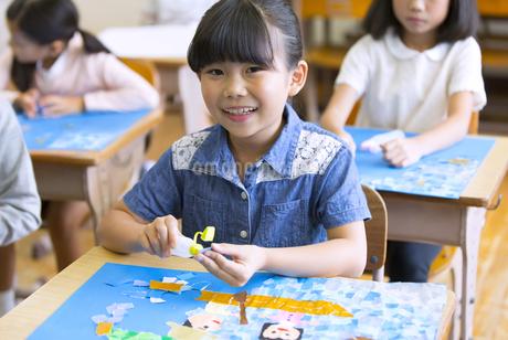 教室で貼り絵を楽しむ女の子の写真素材 [FYI02968818]