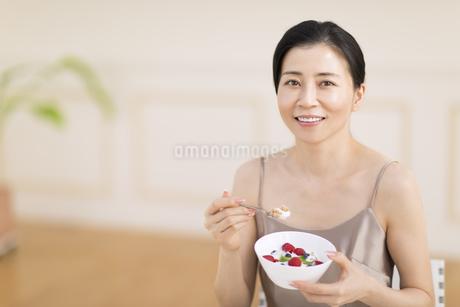 シリアルを食べる女性の写真素材 [FYI02968819]
