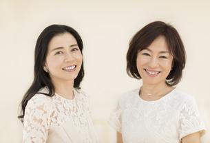 微笑む2人の女性の写真素材 [FYI02968822]