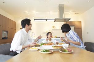 家族3人での食事シーンの写真素材 [FYI02968830]