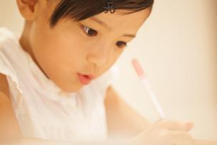 勉強をする女の子の写真素材 [FYI02968831]