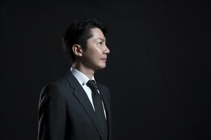 遠くを見つめるビジネス男性の横顔の写真素材 [FYI02968832]