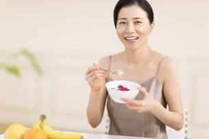 シリアルを食べる女性の写真素材 [FYI02968834]