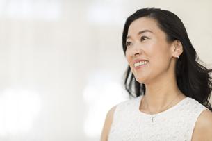 微笑む女性の写真素材 [FYI02968835]
