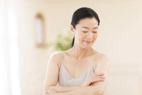 腕をマッサージする女性の写真素材 [FYI02968842]