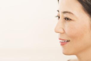 微笑む女性の横顔の写真素材 [FYI02968846]