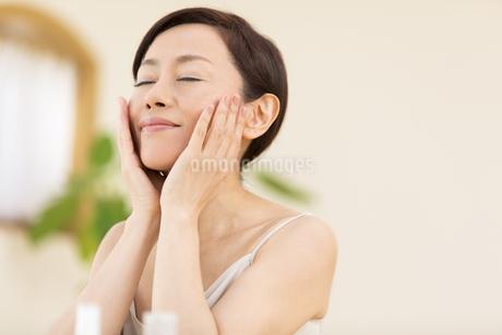 スキンケアをする女性の写真素材 [FYI02968848]