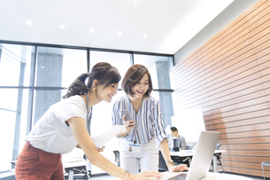 PCを見る2人のビジネス女性の写真素材 [FYI02968853]