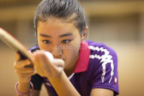 卓球をする女子学生の写真素材 [FYI02968855]