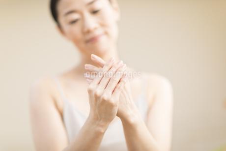 手をマッサージする女性の手元の写真素材 [FYI02968858]