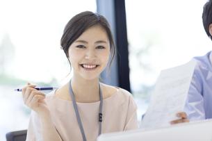 カメラ目線で笑顔のビジネス女性の写真素材 [FYI02968862]