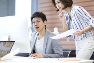 PCを見る男女のビジネスマンの写真素材 [FYI02968863]