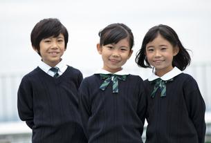 屋上に立って笑う小学生たちの写真素材 [FYI02968866]