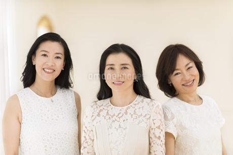 微笑む3人の女性の写真素材 [FYI02968868]