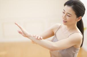 腕をマッサージする女性の写真素材 [FYI02968872]