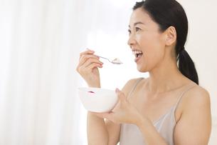 シリアルを食べる女性の写真素材 [FYI02968873]