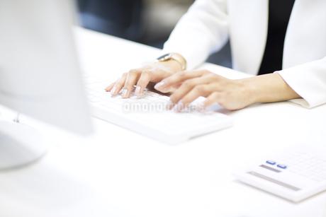 パソコンを操作するビジネス女性の手元の写真素材 [FYI02968874]