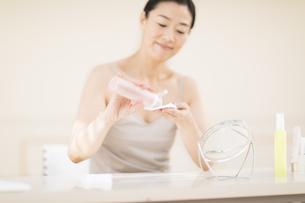 コットンに化粧水を湿らす女性の手の写真素材 [FYI02968875]