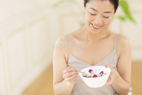 シリアルを食べる女性の写真素材 [FYI02968883]