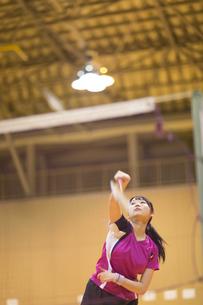 バドミントンをする女子学生の写真素材 [FYI02968891]
