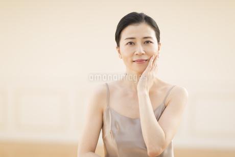 頬に片手を添える女性の写真素材 [FYI02968894]