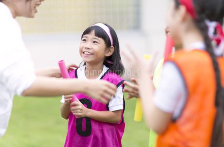 リレーのアドバイスを受ける女の子の写真素材 [FYI02968896]