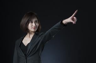 指を指すポーズをとるビジネス女性の写真素材 [FYI02968899]