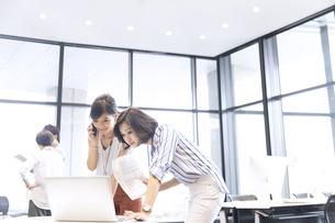 PCを見る2人のビジネス女性の写真素材 [FYI02968900]