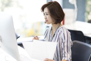 PCを見るビジネス女性の写真素材 [FYI02968901]
