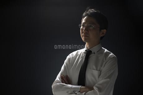 腕を組むビジネス男性の写真素材 [FYI02968908]