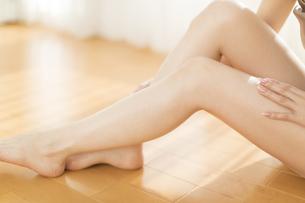 脚の太腿をマッサージをする女性の脚元の写真素材 [FYI02968909]