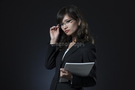 資料を手に持つビジネス女性の写真素材 [FYI02968911]