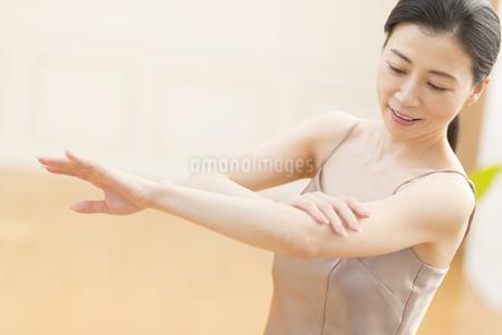 腕をマッサージする女性の写真素材 [FYI02968912]