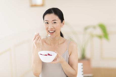 シリアルを食べる女性の写真素材 [FYI02968919]