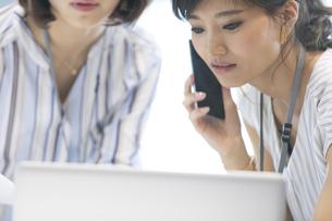 打ち合わせをする2人のビジネス女性の写真素材 [FYI02968924]