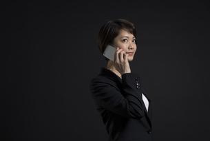 スマートフォンで通話するビジネス女性の写真素材 [FYI02968925]