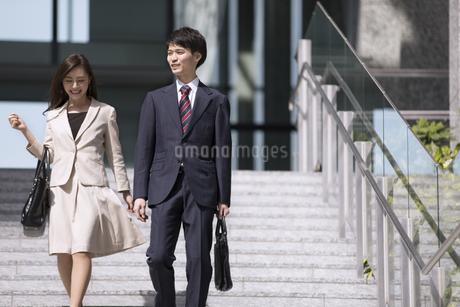 階段を降りるビジネス男女の写真素材 [FYI02968930]