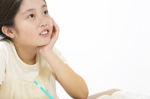 家で勉強をする女の子の写真素材 [FYI02968932]
