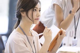 手帳を持つビジネス女性の写真素材 [FYI02968935]