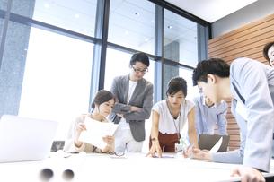 会議中のビジネスマンの写真素材 [FYI02968939]