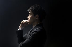 考え込むビジネス男性の横顔の写真素材 [FYI02968942]