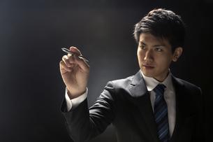 ペンを持つビジネス男性の写真素材 [FYI02968952]