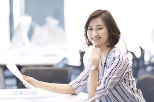 座って資料を持つビジネス女性の写真素材 [FYI02968957]