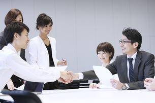 会議で握手をする2人のビジネス男性の写真素材 [FYI02968960]