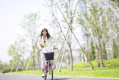 自転車で買い物をする女性の写真素材 [FYI02968963]