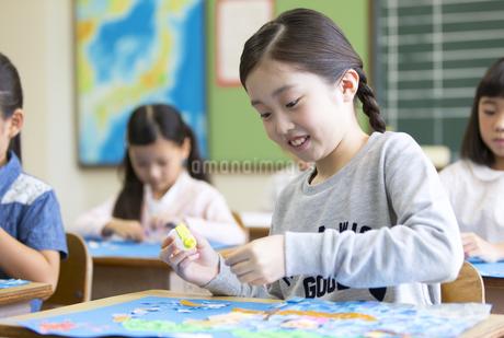 教室で貼り絵を楽しむ女の子の写真素材 [FYI02968964]