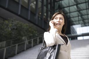 スマートフォンで通話するビジネス女性の写真素材 [FYI02968969]
