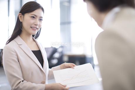 資料を説明するビジネス女性の写真素材 [FYI02968971]