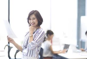 資料を持つビジネス女性の写真素材 [FYI02968972]