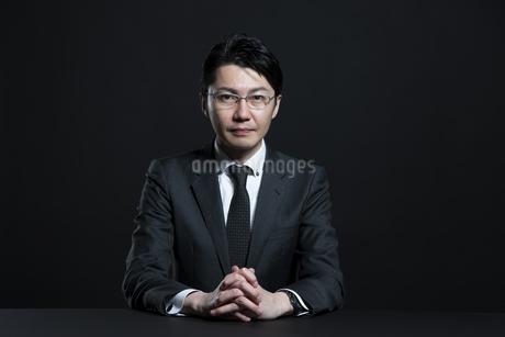 手を組むビジネス男性の写真素材 [FYI02968975]